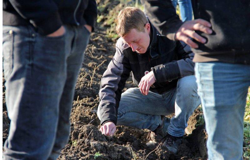 Beide ecoploegen laten mooi ploegwerk zien. Met een geringe werkdiepte is de grond toch zwart.