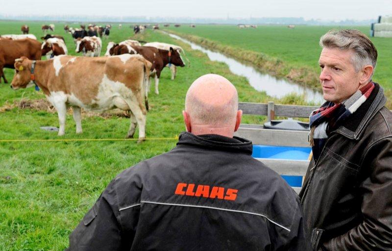LTO Noord-bestuurder Nico Verduin (rechts) met melkveehouder Klaas Rodenburg.