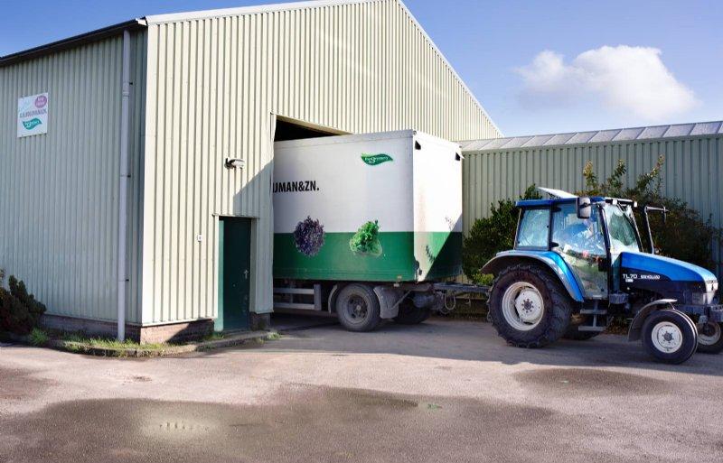 Gert Kooijman levert nog met trekker en trailer.