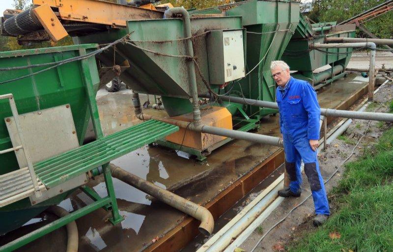 Bollenteler Gerard Slootman bij een van de afvoergoten aan de rand van zijn erf in Espel.