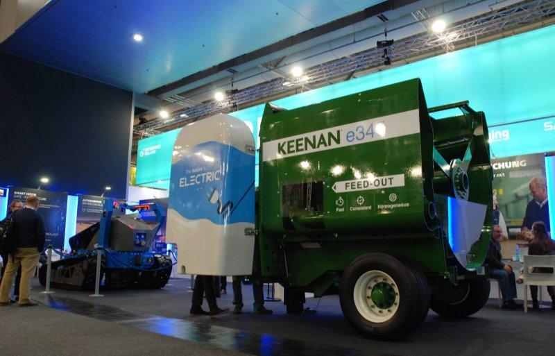 Deze halve Keenan-voermengwagen zal in de toekomst elektrisch worden aangedreven door een elektrische trekker.
