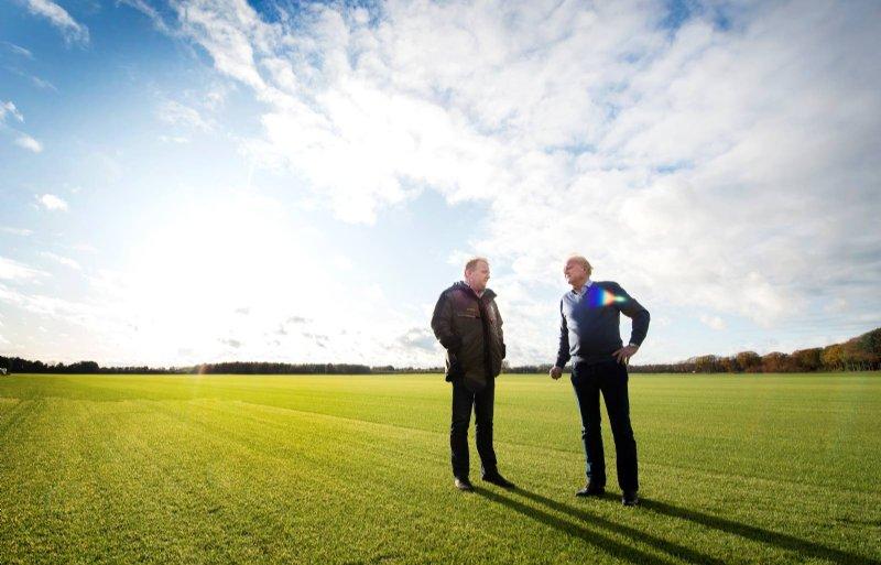 John en Erik Hendriks staan aan het roer van Hendriks Graszoden in Heythuysen.