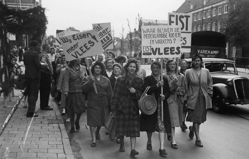 In 1948 ging de Nederlandse vrouwenbeweging de straaat op om te demonstreren tegen vleesdistributie en hoge prijzen.