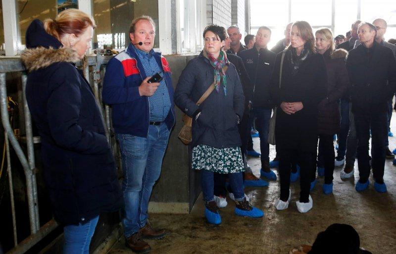 Gedeputeerde Hanke Bruins Slot (CDA) krijgt uitleg op melkveefokbedrijf Van Vliet in Zeewolde.