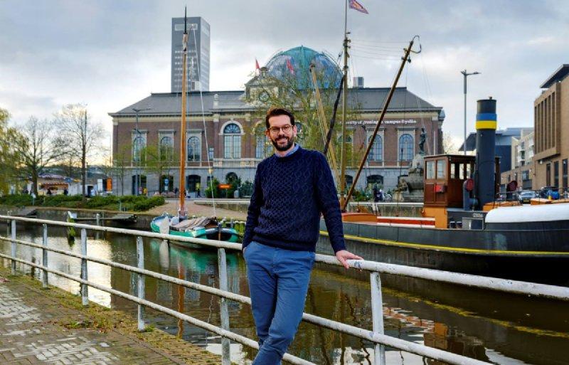 Caspar van den Berg (39) is hoogleraar bestuurskunde aan Rijksuniversiteit Groningen groeide op in het Gelderse Giesbeek.