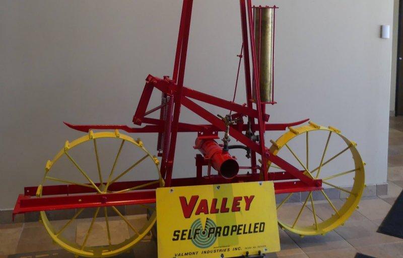 Een stukje center pivot-geschiedenis in de hal van de fabriek in Valley.