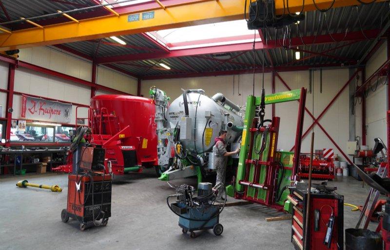 Het bedrijf heeft aparte werkplaatsen voor de trekkers en werktuigen. Ook de monteurs zijn verdeeld.