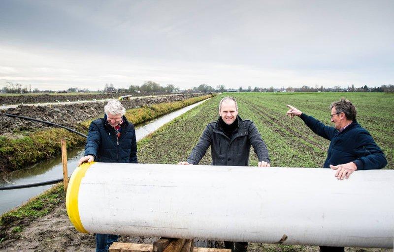 Fokko Wiersema, Nico den Akker en Ton Wouters onderhandelen met Waterbedrijf Groningen over het leidingentracé.