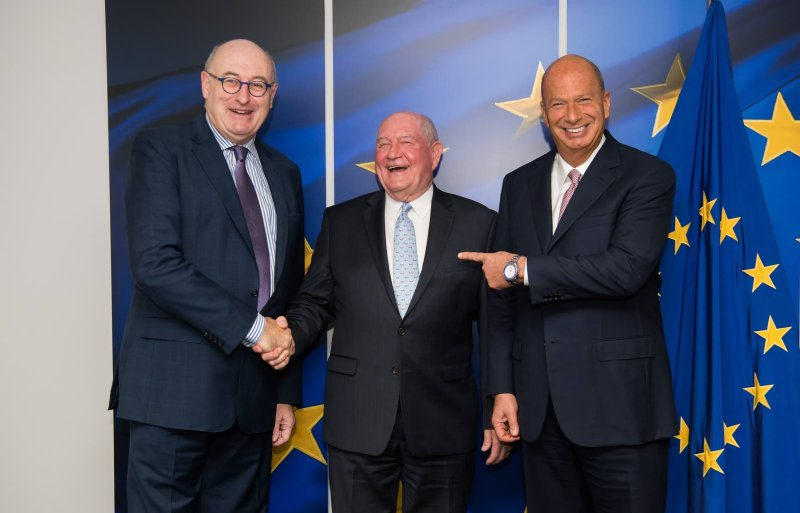 EU-handelcommissaris Phil Hogan schudt de Amerikaanse landbouwminister Sonny Perdue de hand bij een ontmoeting in Brussel. De Amerikaanse EU-ambassadeur Gordon Sondland kijkt toe.