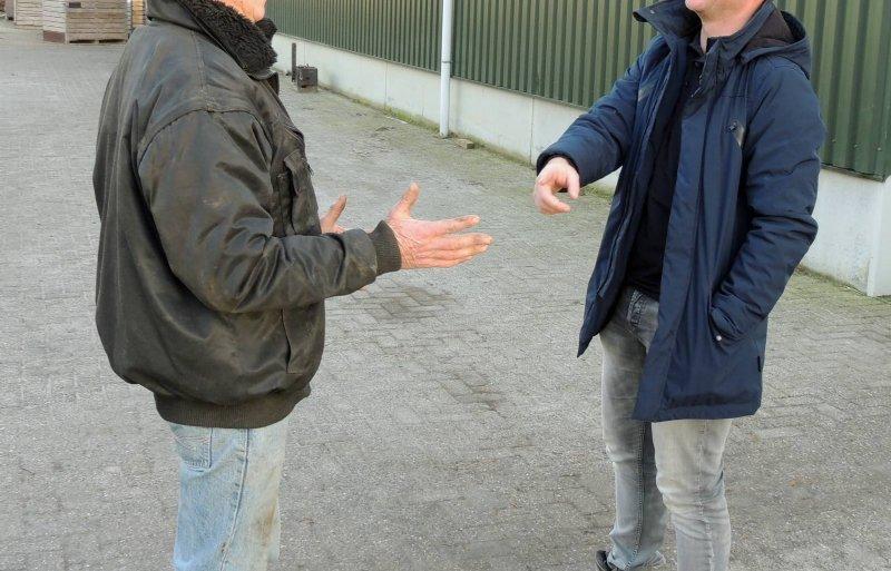 Sander Veldhorst overlegt met zijn vader Gert.