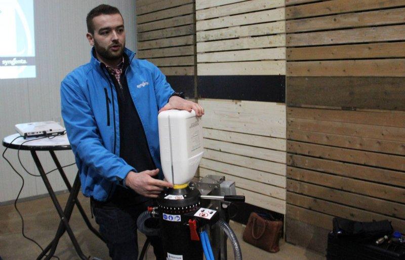 Met dit easyconnect zijn gewasbeschermingsmiddelen rechtstreeks over te brengen van de verpakking naar de spuittank.