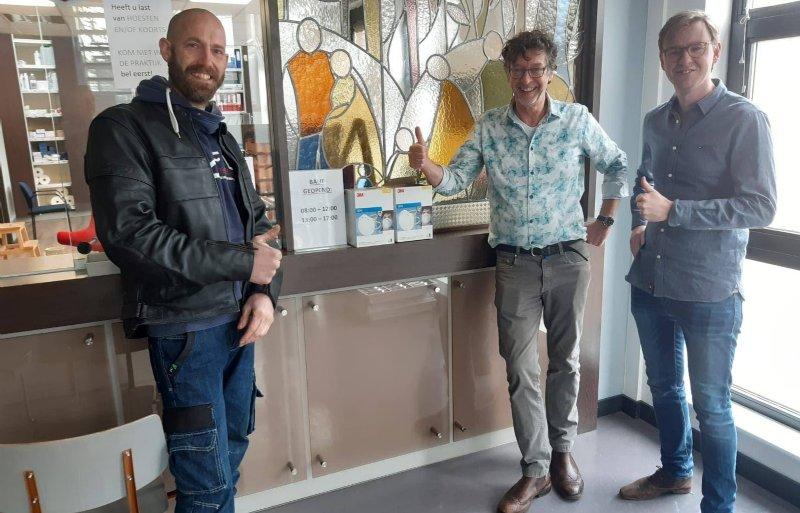 Wouter Hartendorf overhandigt mondkapjes aan Medisch Centrum 't Sant