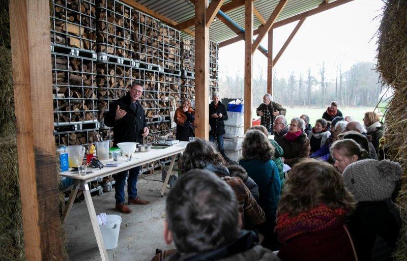 John Arink licht de kringlooplandbouw op zijn Ekoboerderij toe. Rechts van hem Katja Gruijters en Maurits Steverink.