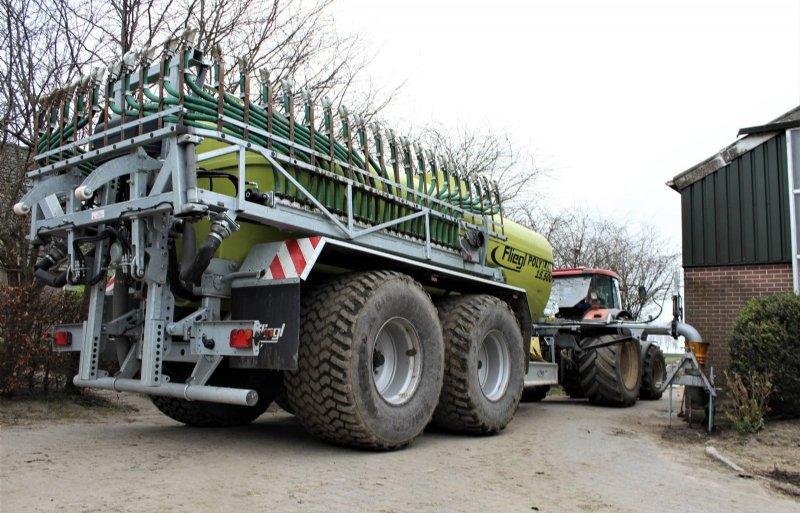In transport klapt de bemester compact op rond de tank met de uitstroomopeningen omhoog.