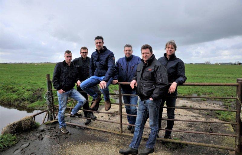 De zeven jonge bestuursleden van Vereniging Behoud Boeren Waterland e.o..