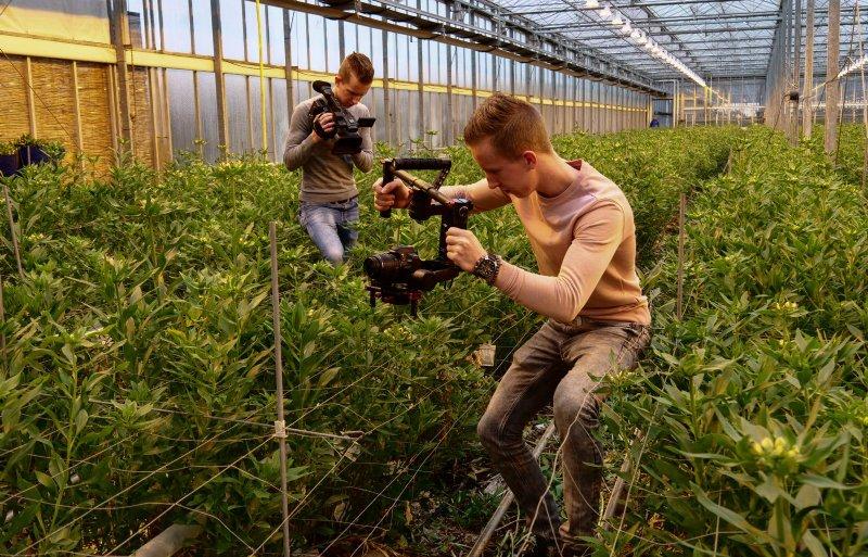 De broers Stef en Bob van Veen in actie voor hun geliefde sierteeltsector.