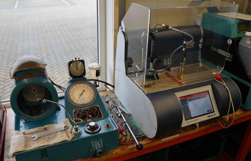 Testapparatuur voor traditionele brandstofpompen (links) en voor commonrail-motoren.