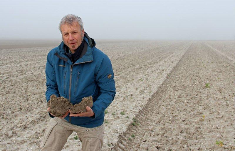 Onderzoeker Derk van Balen toont de hardheid van de bovengrond.