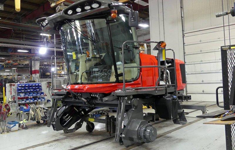 Een Massey Ferguson WR9980 zwadmaaier nadert zijn voltooing.