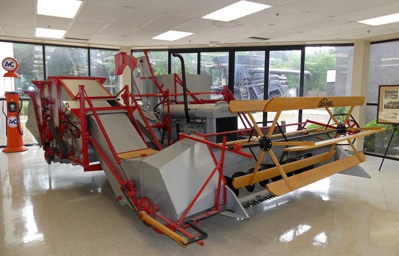 De eerste Gleaner-combines werden rond een Fordson-trekker gebouwd.