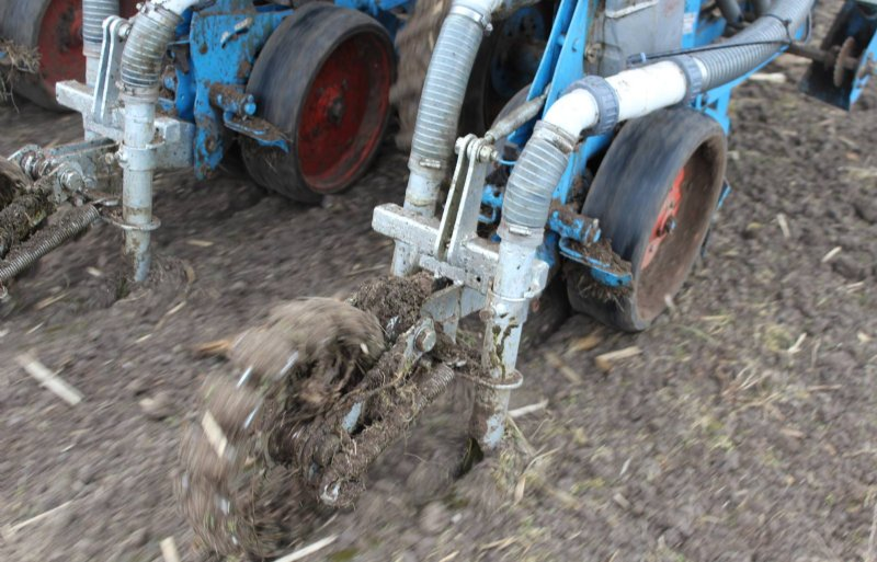 Om de grond weer aan te drukken ontwierp Stigter zelf een looprol na elk element.