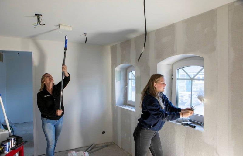 Marijon en Lisa Visser zijn aan het klussen in de appartementen. Daar hebben ze nu tijd voor.