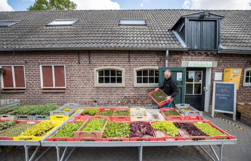 Leon Geuns ziet in zijn boerderijwinkel veel nieuwe klanten.