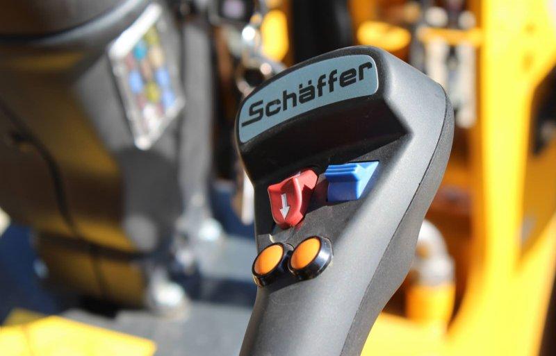 De elektrische aandrijving geeft een fijne en accurate bediening van zowel joystick als rijpedaal.