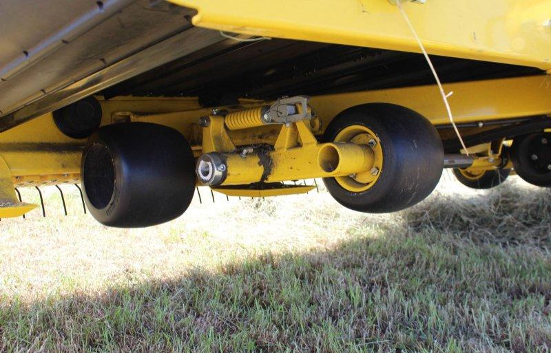 De pick-up rust op massief rubberen wielen. Glijsloffen zijn er alleen als back-up.
