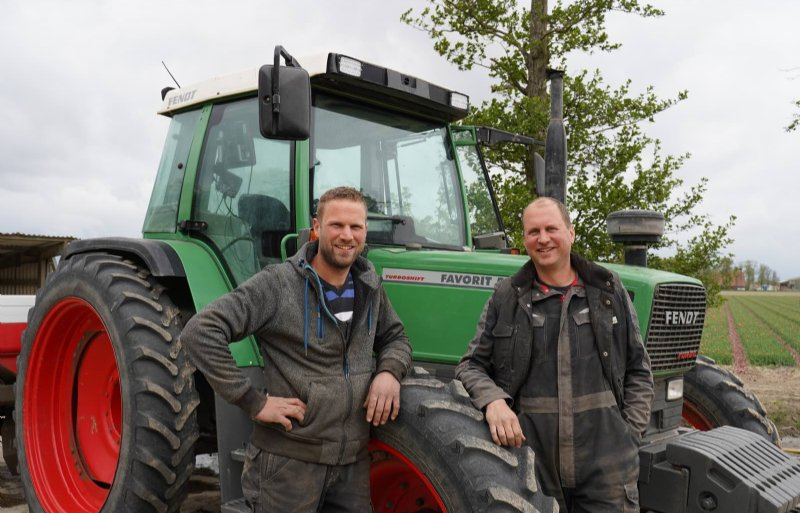 De broers Rudi (links) en Gerwin Luimes startten in 2017 met de teelt van uien op bedden.