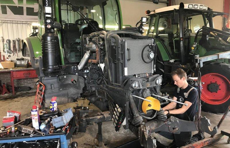 De Fendt is eerst in Montfoort bij Holland-Utrecht ontdaan van motor, dieseltank en koeling.