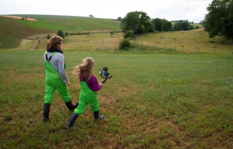 Samen met haar moeder zoekt Eva een geschikte plek om een vlog te maken.