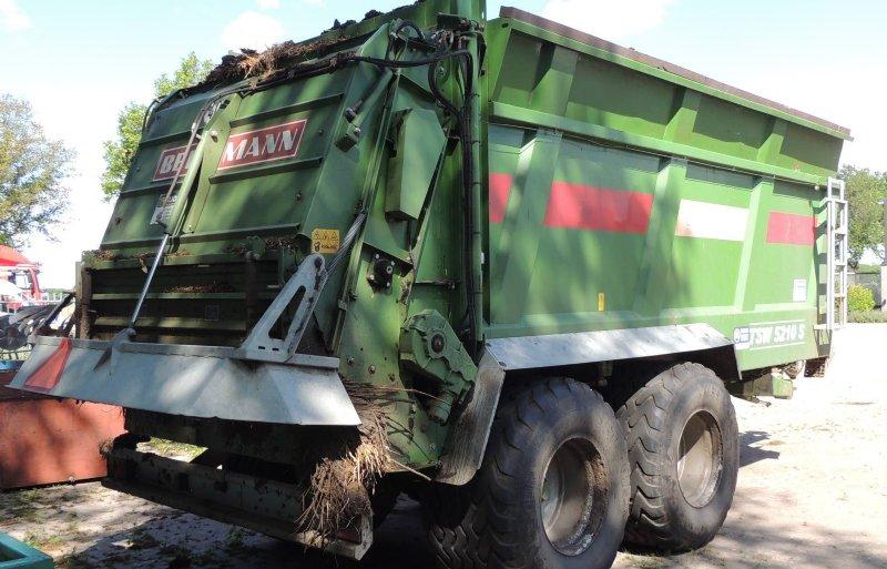Met een breedstrooier rijdt Van Beek de compost uit.