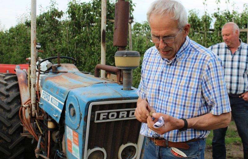 Wim van Wijk testte verschillende spuitdoppen voor een goede verdeling van de spuitvloeistof over de zwartstrook.