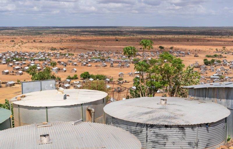 Dit Somalische kamp bij Dollo Ado en hun kleine oogstvoorziening zijn afhankelijk van slechts enkele watertanks.