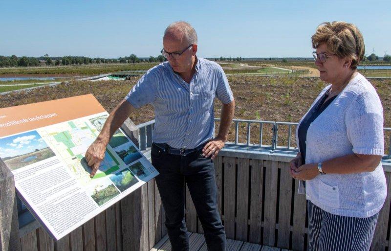 Secretaris Bert van Guldener toont de bufferzone aan voorzitter Nynke Houwing van de bestuurscommissie.