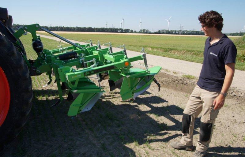 Tegen het onkruid in aardappelen zet bedrijfsleider Koen Klompe een paar maal per seizoen de Ecoridger in.