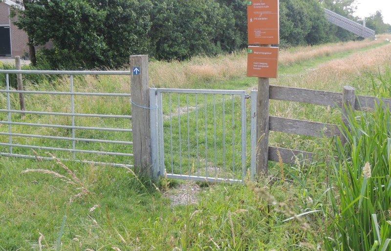 Via een brug (rechts) is er toegang tot de kijkstal.