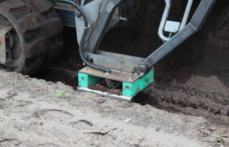 Via de glijslof wordt 10 volt de grond in gebracht om de asperges te zien.