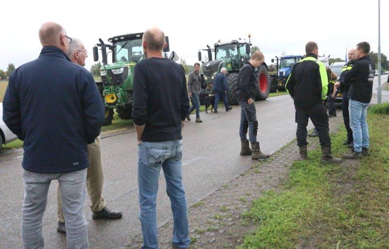 Protesterende boeren langs de kant van de weg in Kamperland wachten tevergeefs landbouwminister Carola Schouten op die op werkbezoek is in Zeeland.