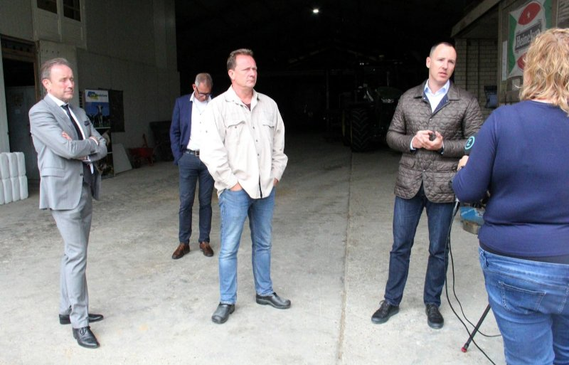 (Vlnr): Waarnemend voorzitter van LTO Nederland Wim Bens, akkerbouwer Michael Schippers en ZLTO-bestuurder Joris Baecke reageren op de afgelasting van het werkbezoek van landbouwminister Carola Schouten voor de camera van Omroep Zeeland.