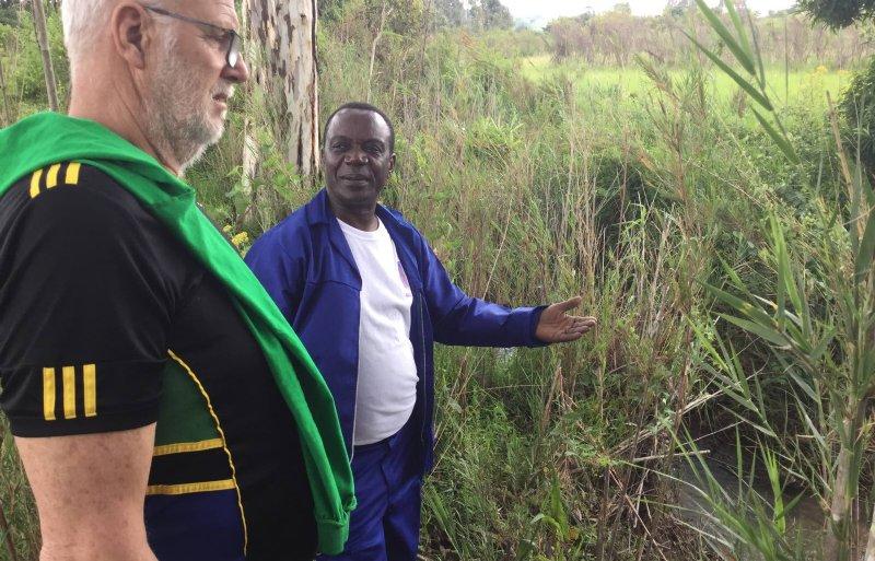 Ngamlagosi vertelt Holtrop over de watervoorziening op zijn boerderij.