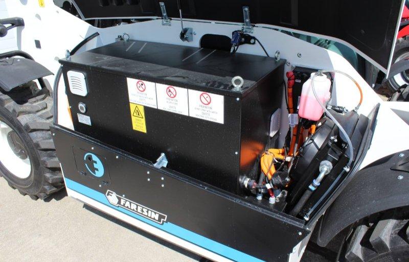 Het lithium-ion-accupakket van 80 volt en 400 ampère is goed voor een dag van 8 uur.