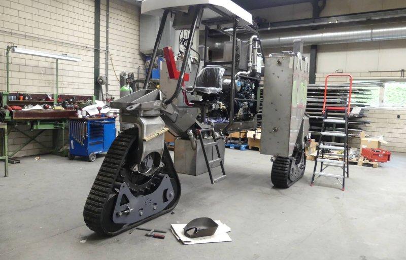 Een GlobusTrike op tracks bedoeld voor export. De machine heeft een motor van 75 pk.