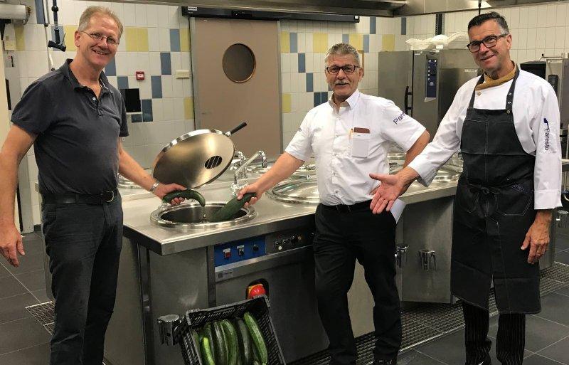 Bob Veldman (links) van Stichting Weldadig Oord levert courgettes af bij de Johannes Post Kazerne in Kallenkote.