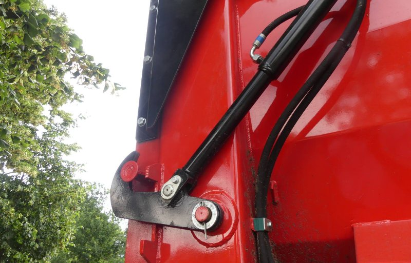 Er is een volledig pakket aan uitvoeringen, waaronder een hydraulisch opklapbare achterklep.