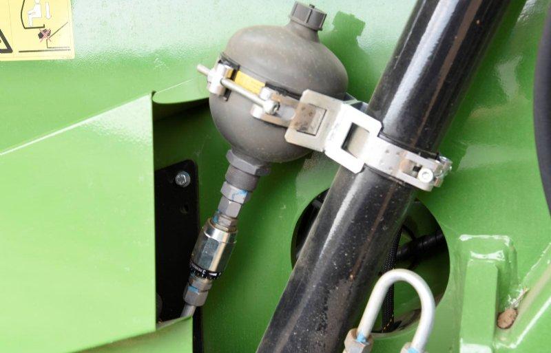 Een stikstofbol dempt de bewegingen van de cabine. Daardoor kan de bestuurder comfortabel werken.