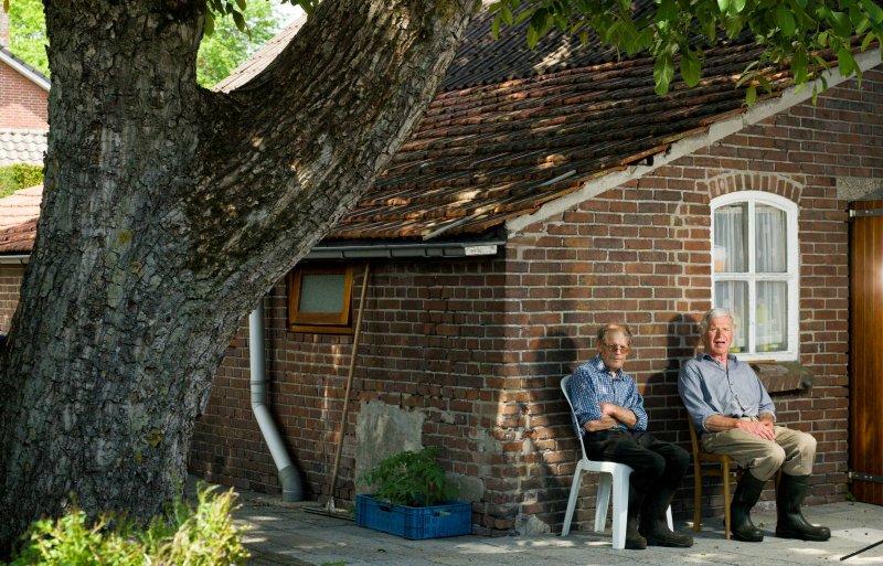 De broers Ties en Ries Somers op het erf van de 130 jaar oude boerderij.