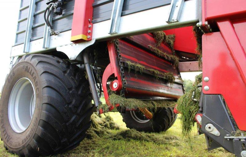 De bodem kan openklappen voor onderhoud en om de laatste grasresten uit de 10 kuubs voorraadbunker te halen.