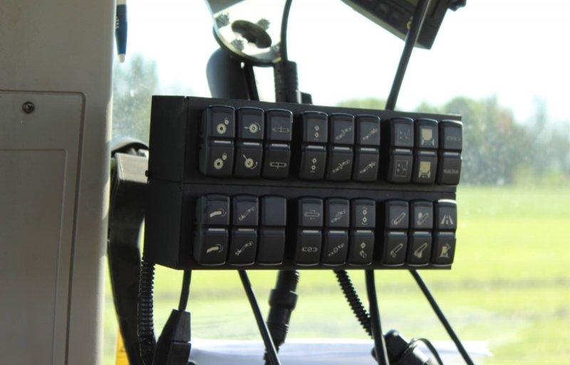 De bedieningskast bestaat uit 36 gelijkvormige knoppen en is niet Isobus-compatibel en dus niet op een monitor aan te sluiten.